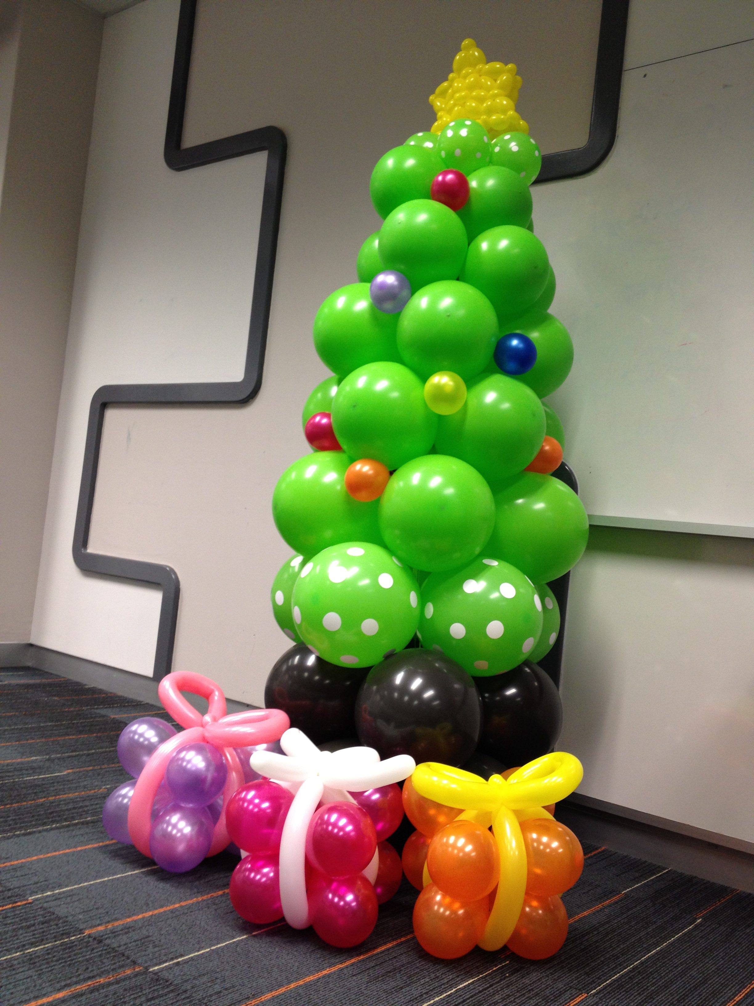 Christmas Tree Balloon.Balloon Christmas Tree That Balloons