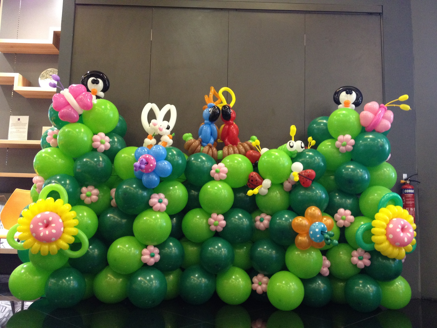 Balloon garden backdrop display that balloons for Balloon backdrop decoration