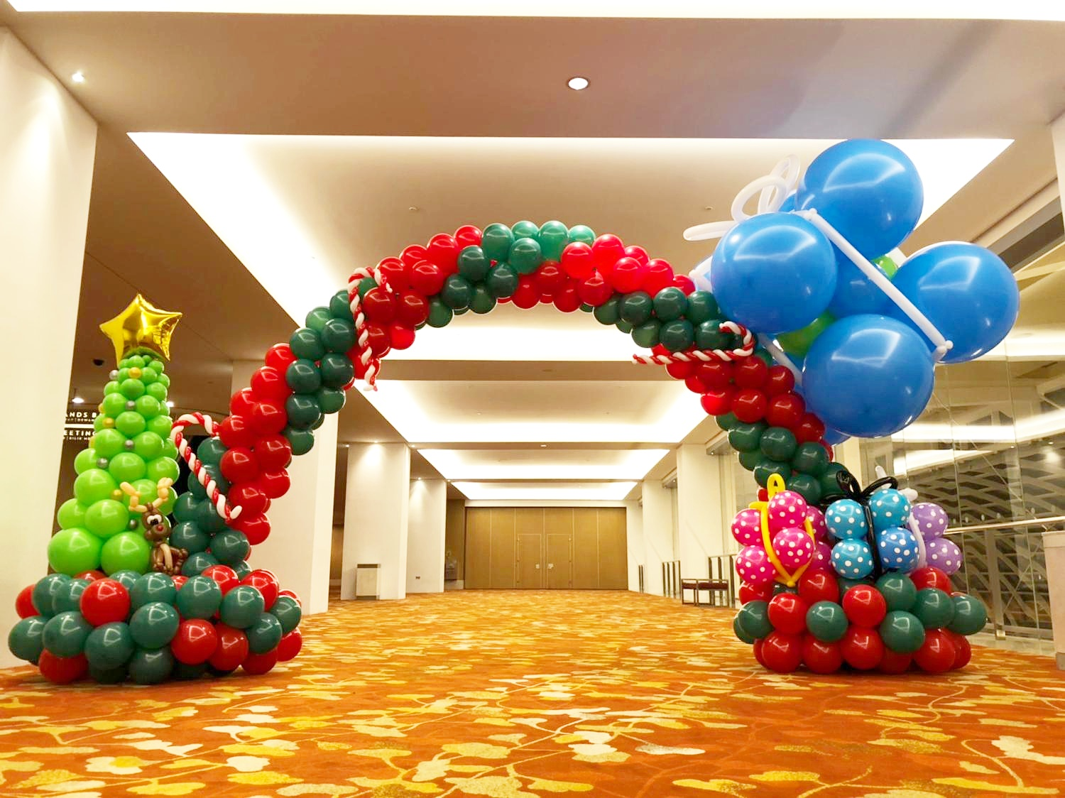 Christmas balloon arch decoration that balloons