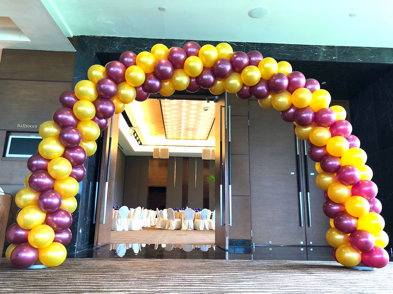 Pink and gold balloon arch that balloons for Easy balloon decoration ideas