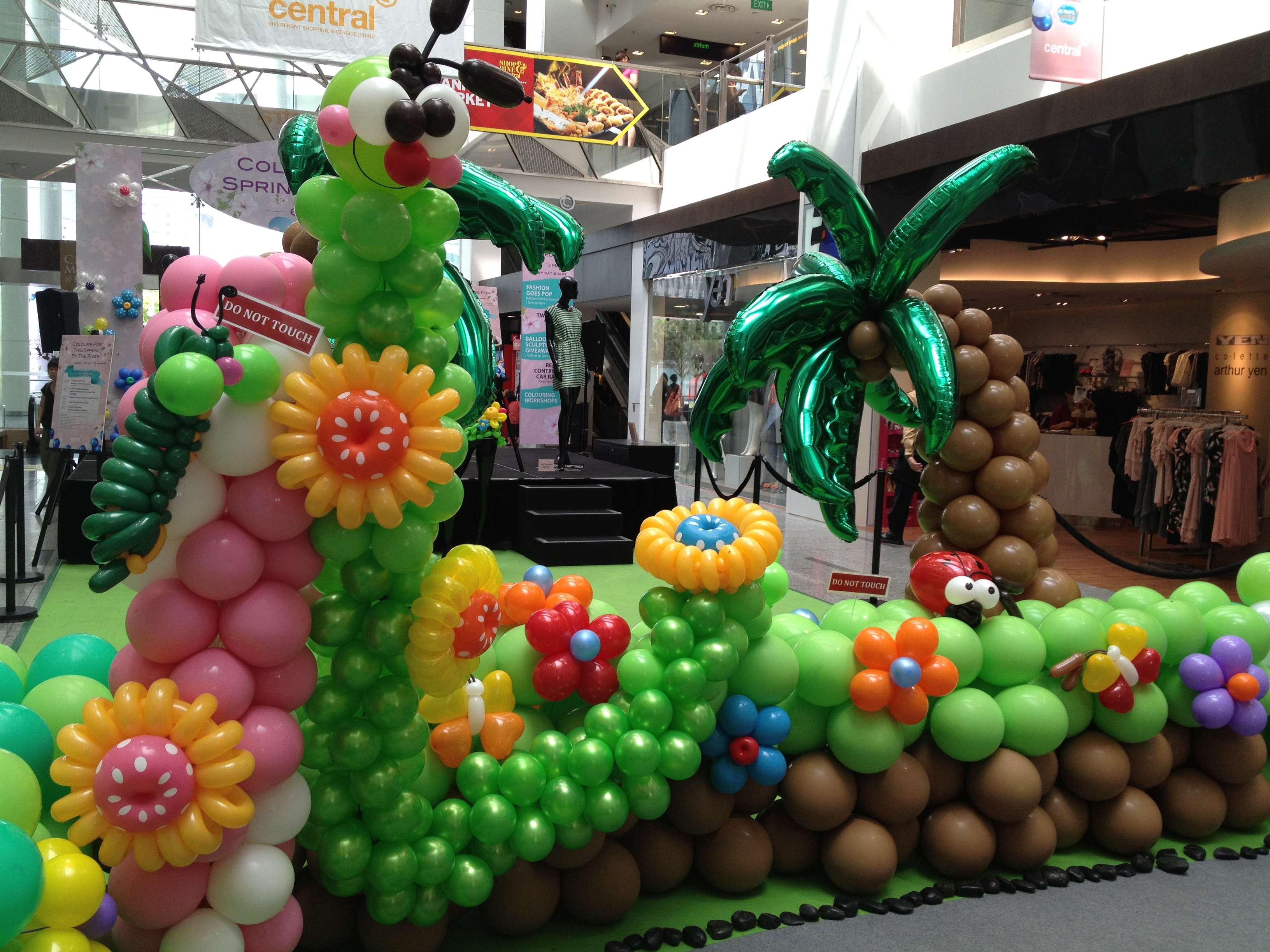 Balloon decorations at shopping centre that balloons for Balloon decoration making