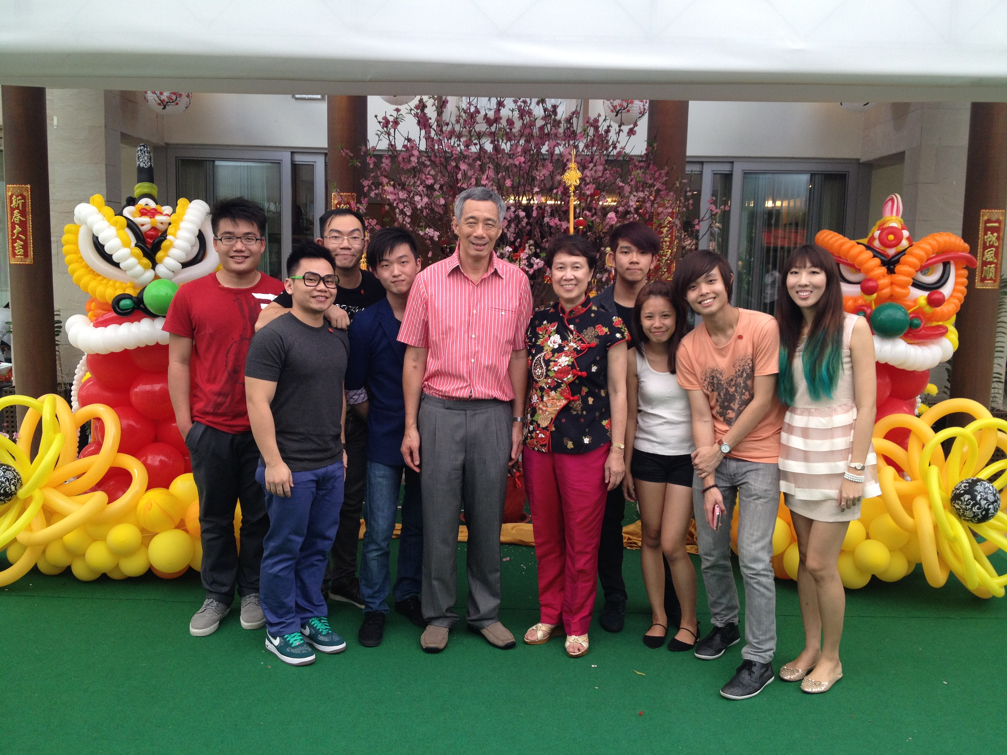 Singapore Balloon Artists with Prime Minister