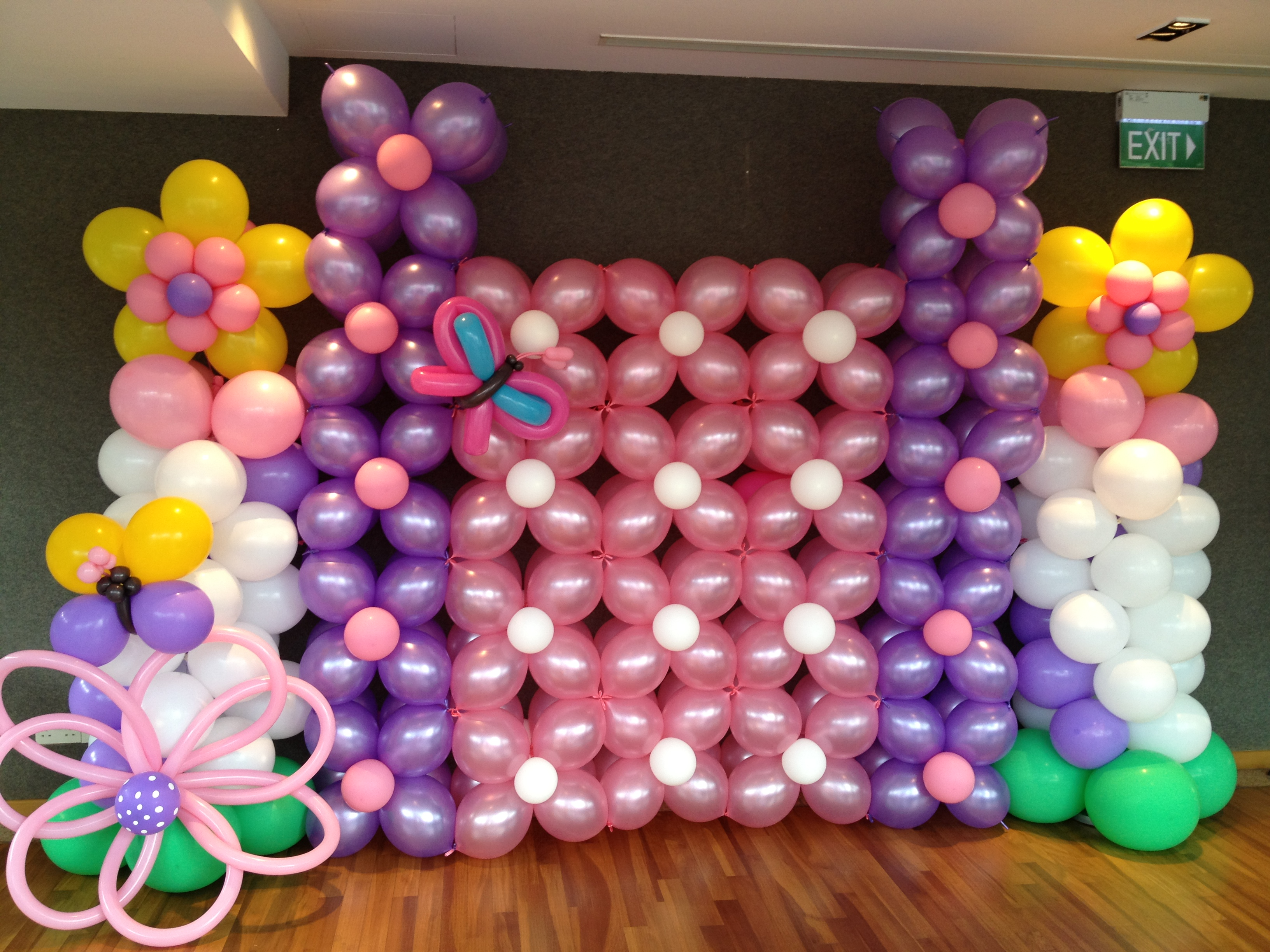 Basic balloon backdrop that balloons for Balloon backdrop decoration