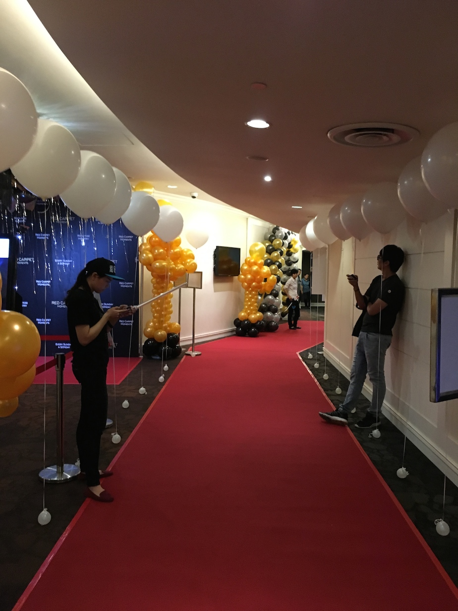 Helium balloon walkway decorations that balloons for Balloon decoration ideas no helium