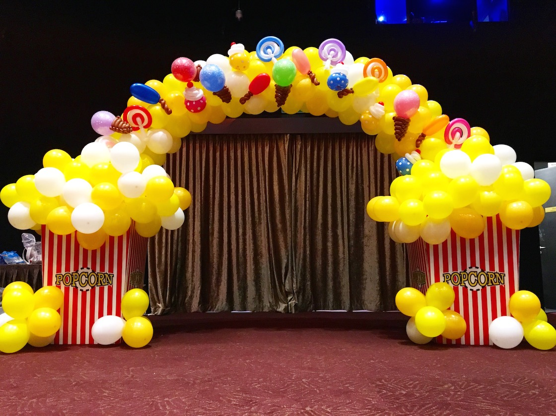 Balloon popcorn and candy arch that balloons for Balloon decoration for stage