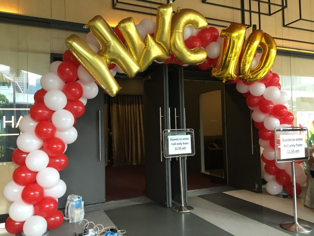 balloon-arch-with-gold-balloon-letters