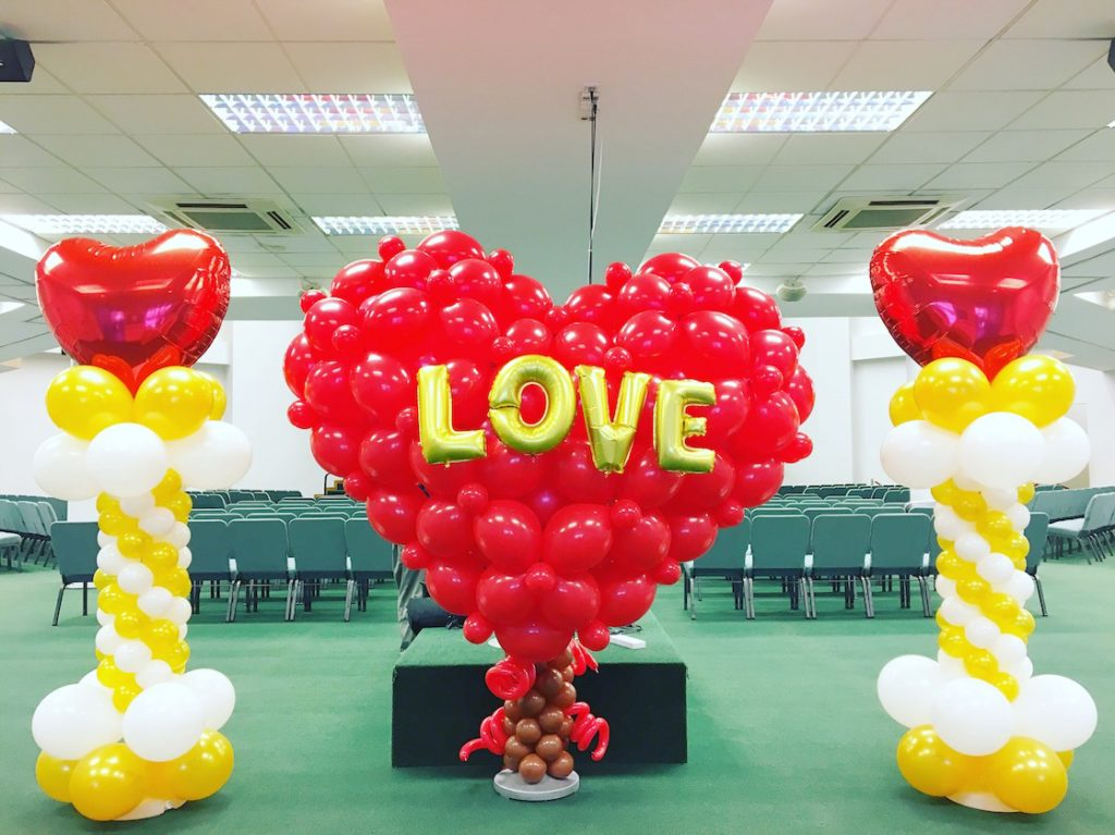 large-balloon-heart-sculpture