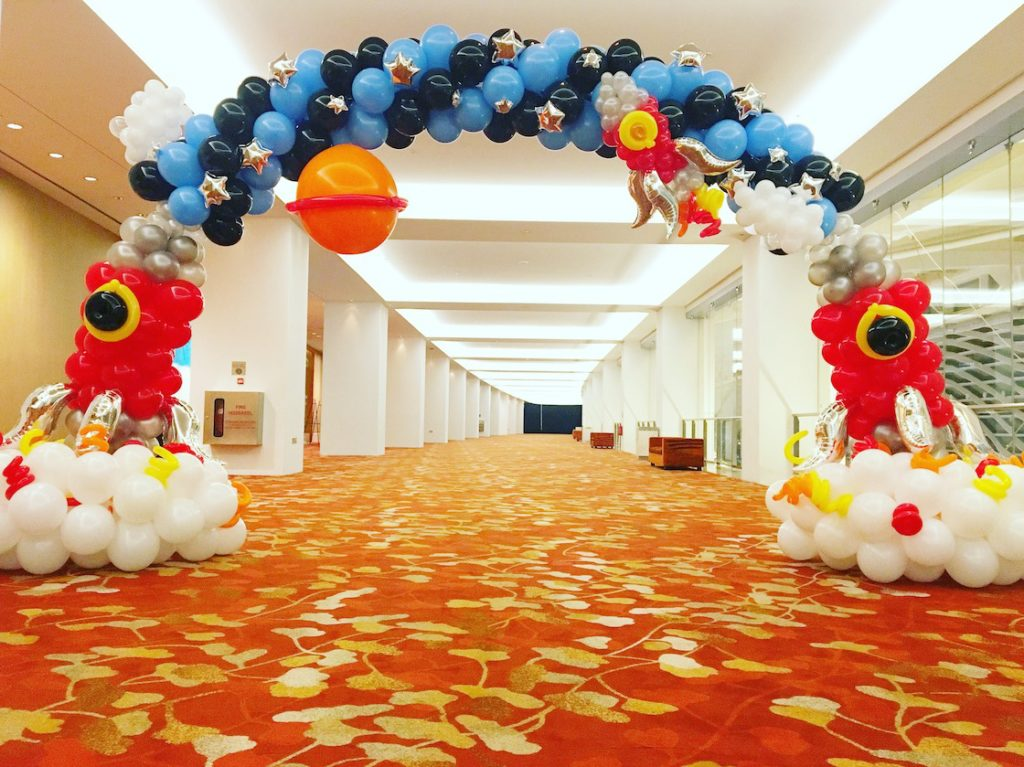 space-theme-balloon-arch