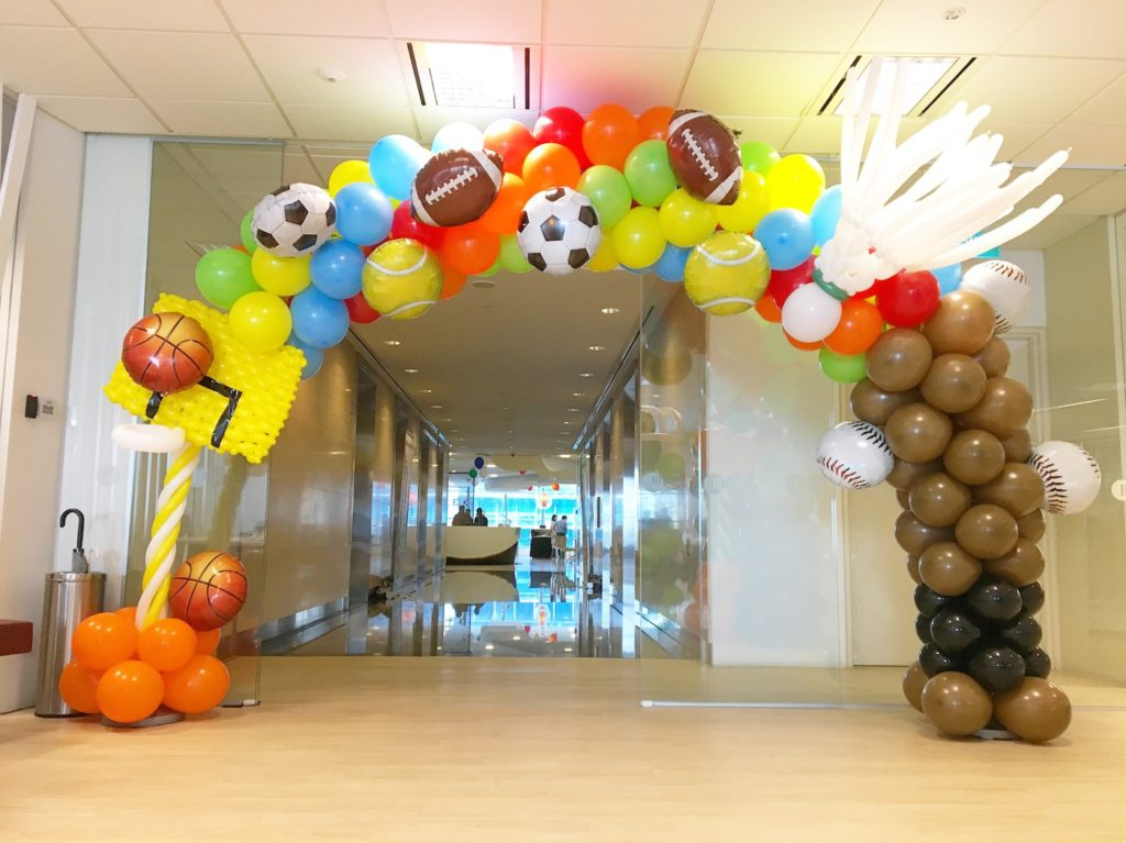 sports-theme-balloon-arch