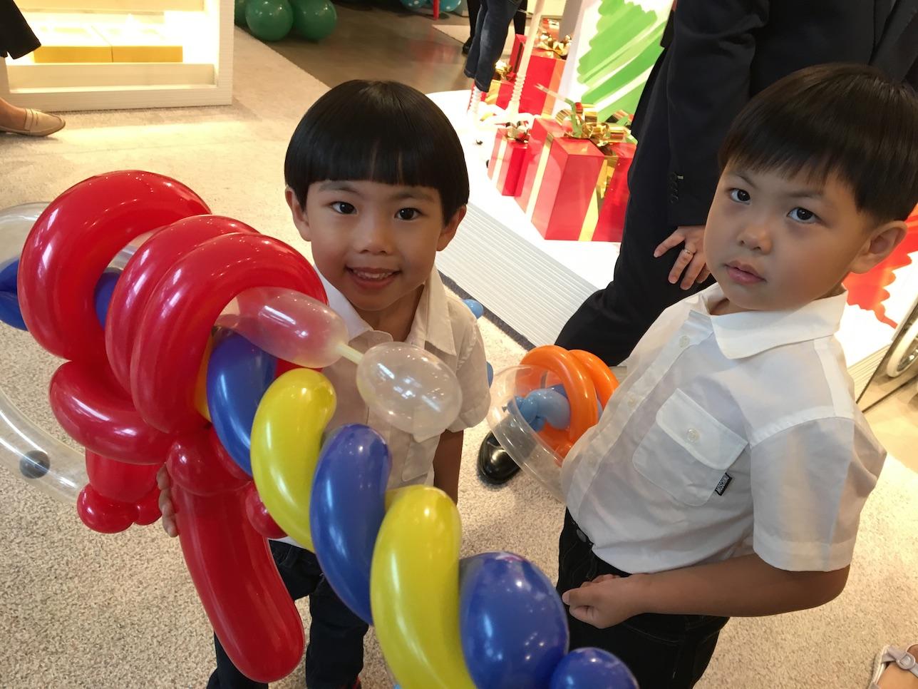 Balloon machine gun sculptures that balloons for Balloon decoration machine