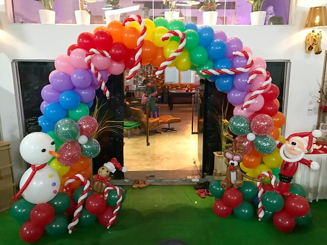 Christmas theme balloon arch decoration that balloons for Arch balloon decoration