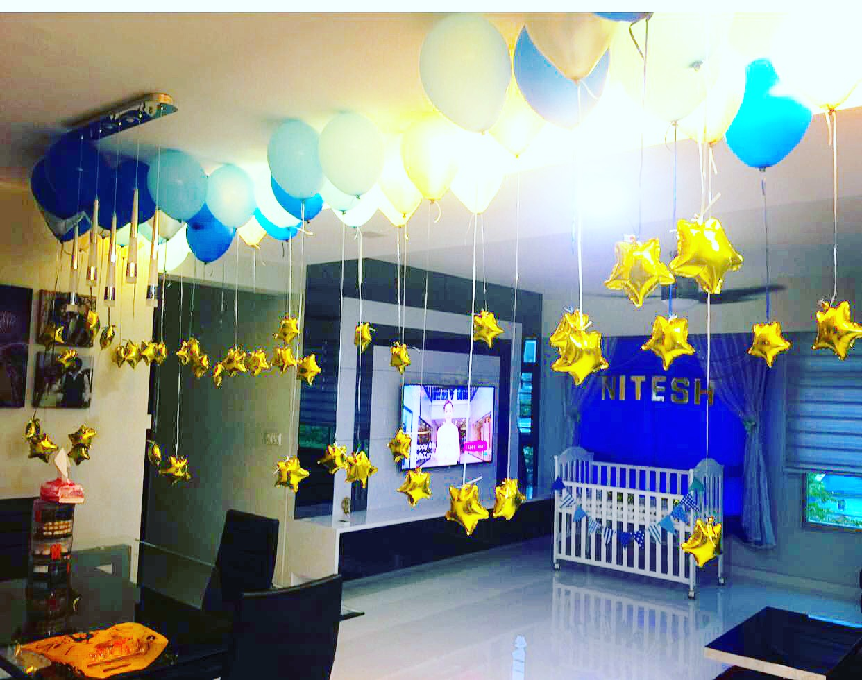 Helium balloons on ceiling decoration that balloons for Balloon decoration for ceiling