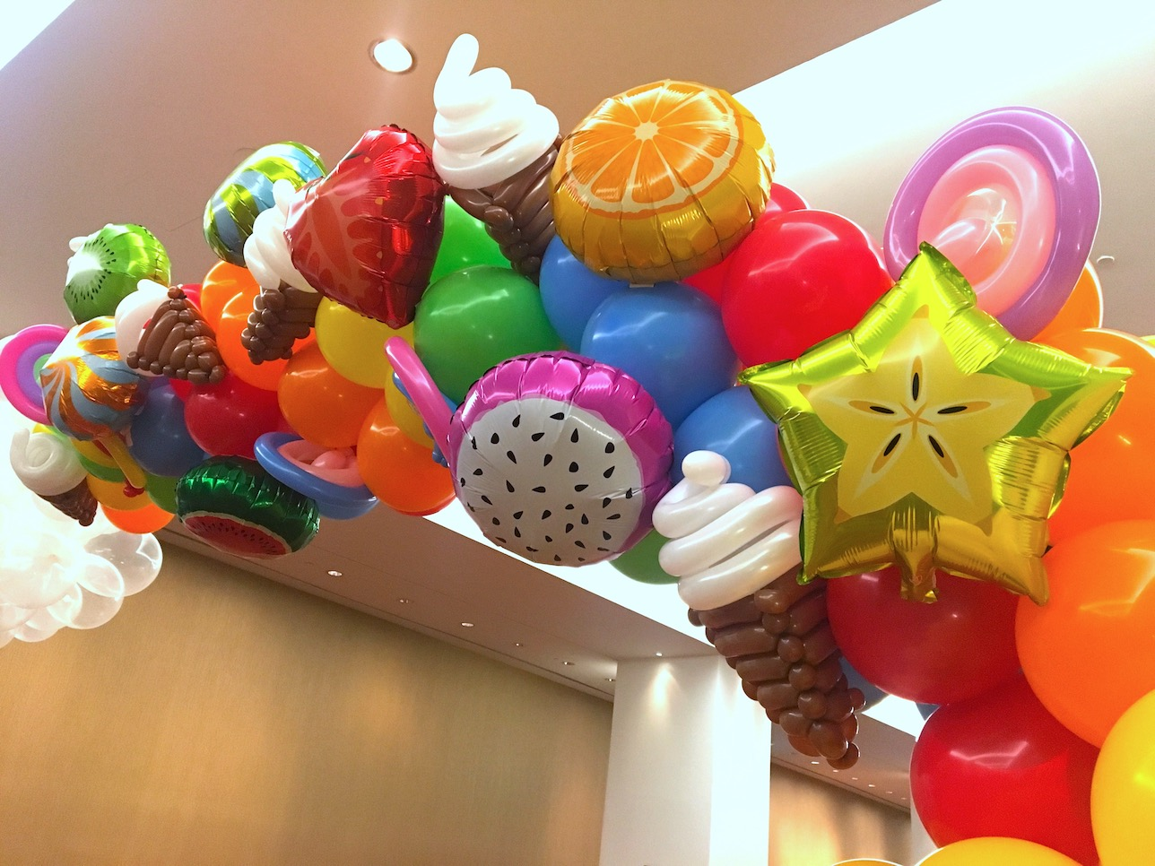 Balloon dessert sculptures that balloons for Balloon decoration for corporate events