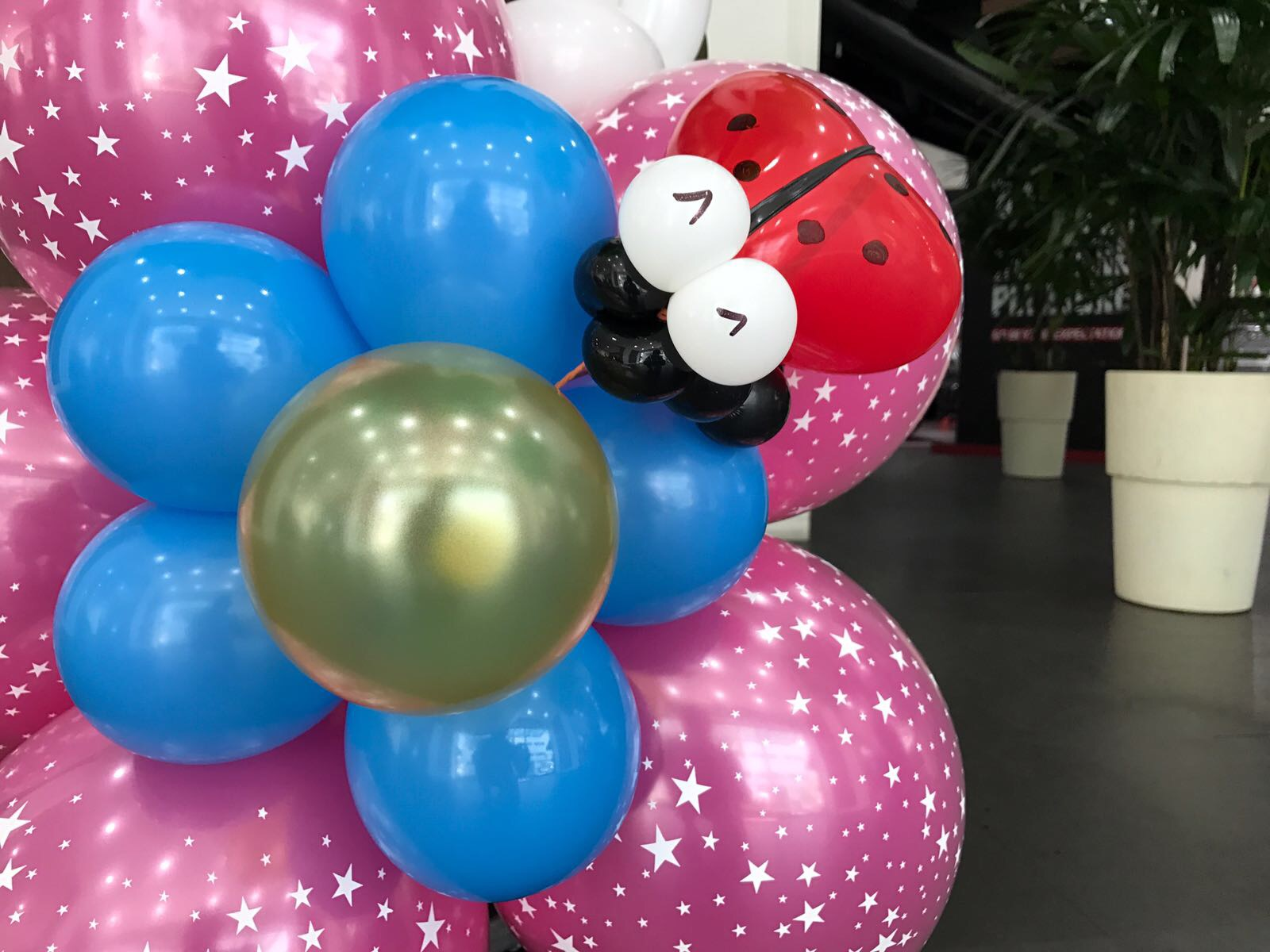 Balloon flowers with ladybug that balloons for Balloon decoration for corporate events