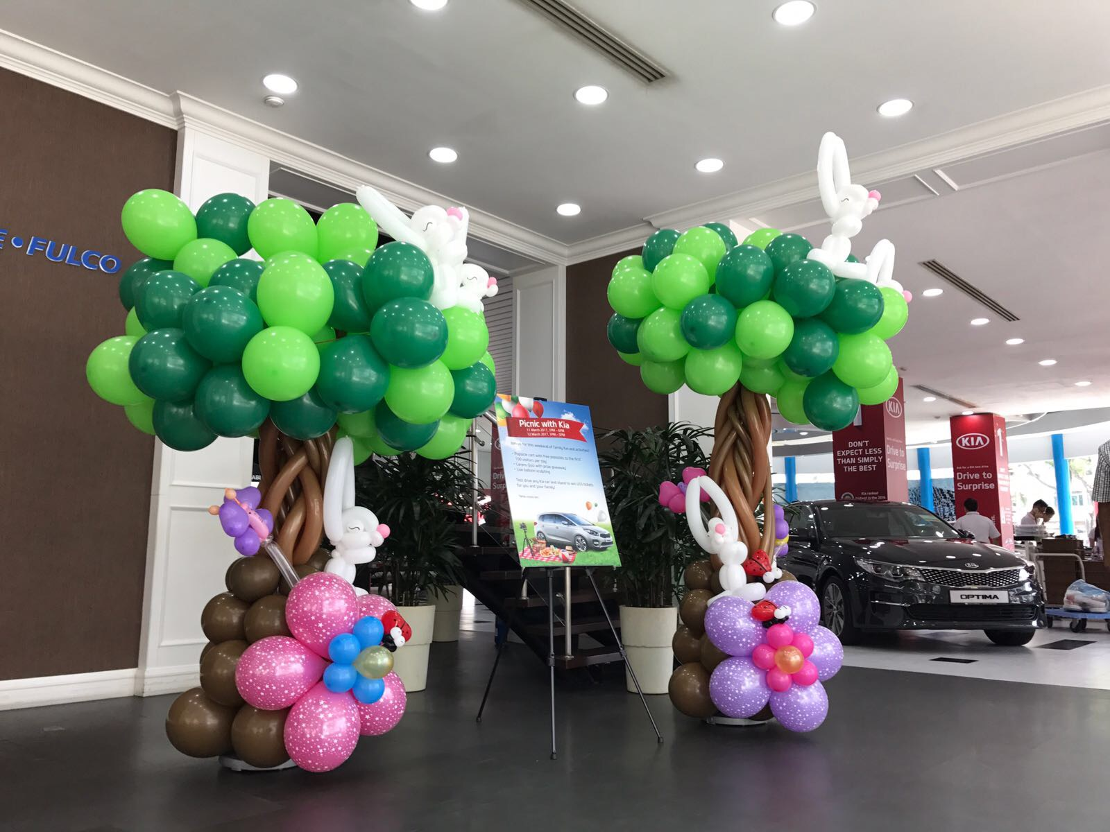 Balloon tree with rabbits column that balloons for Balloon decoration for corporate events