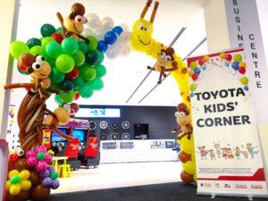 Giraffe and Tree Balloon Arch Singapore
