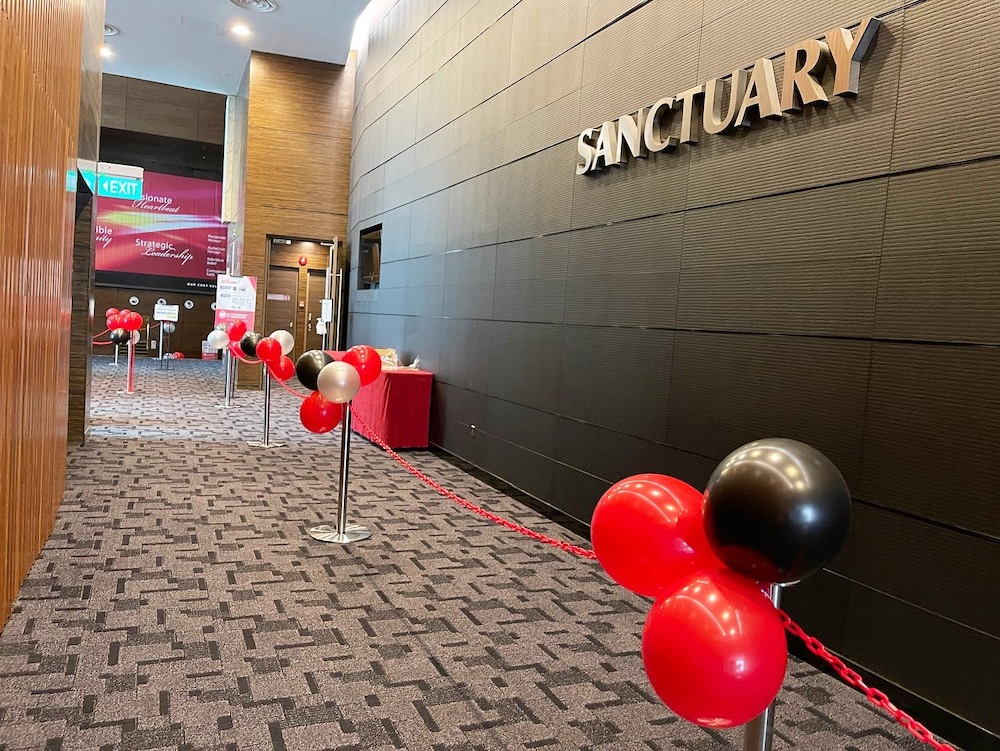 Balloon Clusters on Queue Poles Decoration